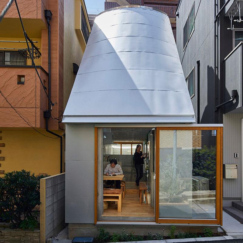 Ngôi nhà tí hon ở Tokyo với thiết kế ngói hình phễu