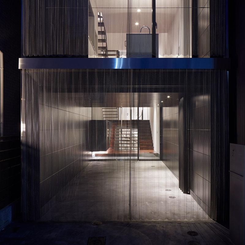 Ngôi nhà siêu mỏng với thiết kế mành treo kim loại ở Osaka